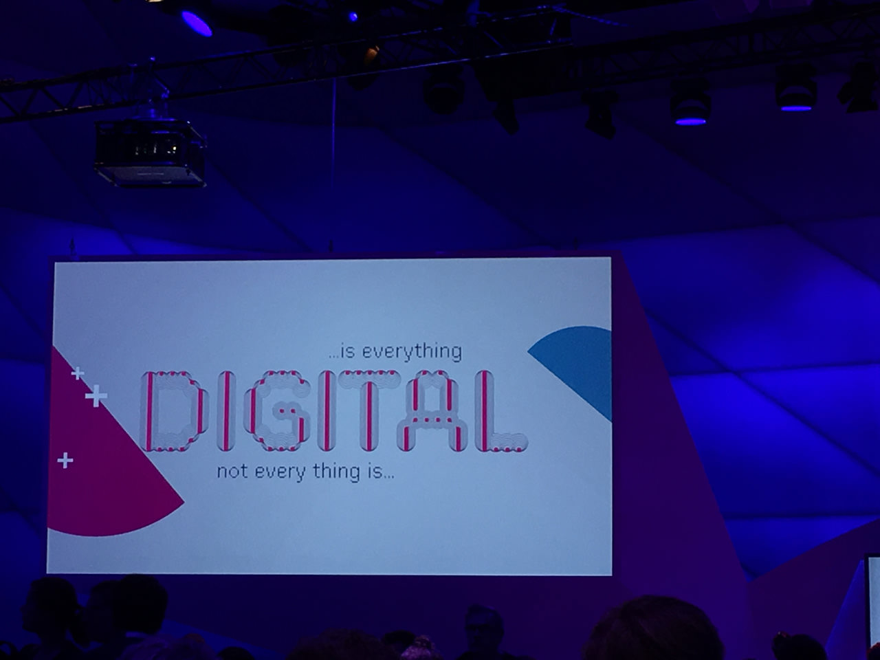 Werbeslogan bei dmxco not everything is digital is everything